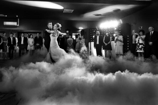 fotografia ślubna - Pierwszy taniec, ciężki dym