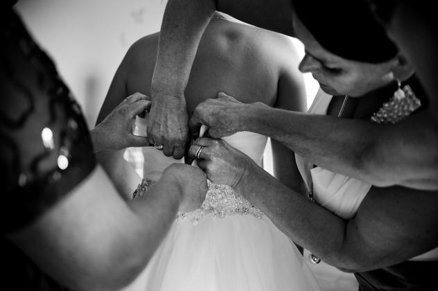 fotografia ślubna - Zakładanie sukni ślubnej Rybnik