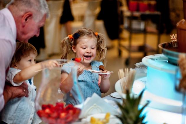 fotografia ślubna - dzieci ślub, czekolada fontanna